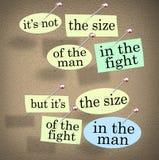 Talla de la lucha en el hombre que dice el tablón de anuncios Imagenes de archivo