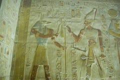 Talla de la pared de Anubis y de Seti Foto de archivo