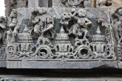 Talla de la pared del templo de Hoysaleswara de bailarines de sexo femenino Imágenes de archivo libres de regalías