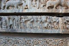 Talla de la pared del templo de Hoysaleswara de músicos y de bailarines Fotos de archivo libres de regalías