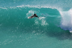 Talla de la persona que practica surf Imagen de archivo libre de regalías