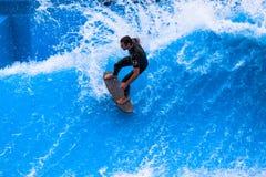Talla de la persona que practica surf de la acción de la piscina de la onda Imagen de archivo