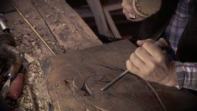 Talla de madera Carver con el cincel y el martillo almacen de metraje de vídeo