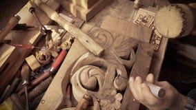 Talla de madera Carver con el cincel y el martillo metrajes