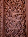 Talla de madera de la hoja de la puerta en templo tailandés Foto de archivo libre de regalías
