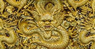 Talla de oro de la escultura del dragón Imágenes de archivo libres de regalías