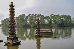 Talla de piedra épica antigua usada para encenderse para arriba en la noche entre el río foto de archivo