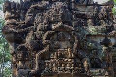 Talla de piedra antigua del templo de TA Prohm, complejo de Angkor Wat, Camboya Puerta tallada de la ruina del templo Imagen de archivo libre de regalías