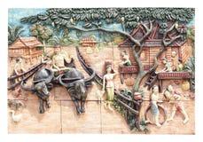 Talla de piedra de la cultura tailandesa en la pared del templo Imagen de archivo libre de regalías