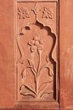 Talla de piedra de la flor en piedra arenisca roja imágenes de archivo libres de regalías