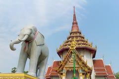 Talla de piedra del elefante bajo luz del sol Imágenes de archivo libres de regalías