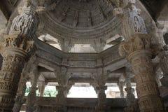 Talla de piedra en el templo del ranakpur Fotos de archivo libres de regalías