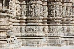 Talla de piedra hermosa en el templo antiguo del sol en el ranakpur Imágenes de archivo libres de regalías