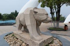 Talla de piedra de la oso-piedra Imágenes de archivo libres de regalías