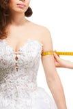 Talla del brazo de la mujer de medición Imágenes de archivo libres de regalías