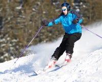Talla del esquiador en nieve del polvo con el aerosol Foto de archivo libre de regalías