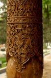 Talla en las columnas de madera imagenes de archivo