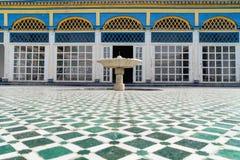 Talla exquisita compleja hermosa en las paredes blancas enyesadas de Bahia Palace en la parte del sudeste de imagen de archivo