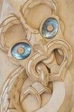 Talla maorí de madera con las cáscaras del paua Imagen de archivo libre de regalías