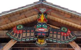 Talla nativa en los muelles de Veiwing, bahía alerta, A.C. Foto de archivo