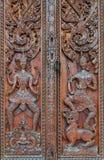 Talla tailandesa nativa del estilo, pintando en puerta de la iglesia en el templo Fotografía de archivo