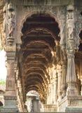 Tallando en los pilares del indore de los chhatris del krishnapura, india-2014 Imágenes de archivo libres de regalías
