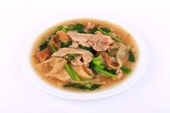 Tallarines anchos en una salsa cremosa de la salsa: comida china y tailandesa del estilo en lengua tailandesa la llamada es Rad N Fotos de archivo libres de regalías