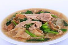 Tallarines anchos en una salsa cremosa de la salsa: comida china y tailandesa del estilo en lengua tailandesa la llamada es Rad N Imagen de archivo