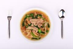 Tallarines anchos en una salsa cremosa de la salsa: comida china y tailandesa del estilo en lengua tailandesa la llamada es Rad N Imagen de archivo libre de regalías