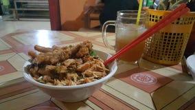 Tallarines asiáticos con la bebida fotos de archivo libres de regalías