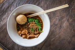 Tallarines asiáticos con la sopa de la sangre imágenes de archivo libres de regalías