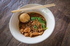 Tallarines asiáticos con la sopa de la sangre fotos de archivo