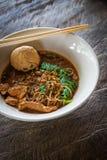 Tallarines asiáticos con la sopa de la sangre foto de archivo