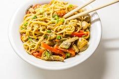 Tallarines asiáticos con las verduras Imagenes de archivo
