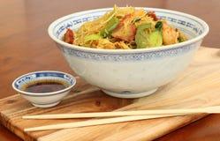 Tallarines asiáticos con los palillos y la salsa de inmersión Fotografía de archivo libre de regalías