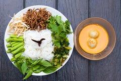 Tallarines blancos con la salsa de curry de los pescados Imagenes de archivo