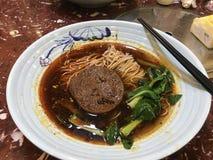 Tallarines calientes picantes de Sichuan imagen de archivo