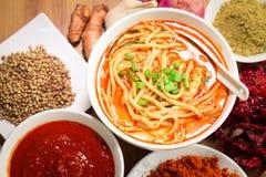 Tallarines calientes y picantes del curry en la tabla Imagen de archivo libre de regalías