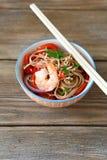 Tallarines chinos con el camarón y la pimienta Fotos de archivo libres de regalías