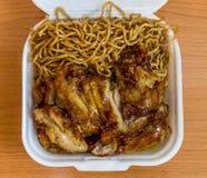 Tallarines chinos con el pollo del limón Imagenes de archivo