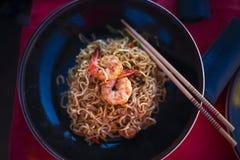 Tallarines chinos con los camarones en la tabla foto de archivo libre de regalías