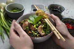 Tallarines chinos del udon con carne de vaca imagenes de archivo