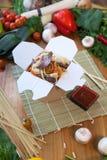 Tallarines chinos en caja del wok Fotos de archivo libres de regalías