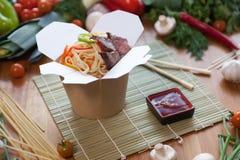 Tallarines chinos en caja del wok Foto de archivo