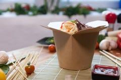 Tallarines chinos en caja del wok fotos de archivo