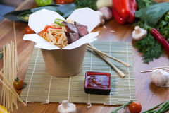 Tallarines chinos en caja del wok imagen de archivo libre de regalías