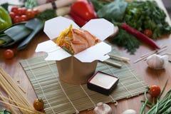 Tallarines chinos en caja del wok imagenes de archivo