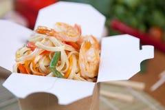 Tallarines chinos en caja del wok Imagen de archivo