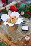 Tallarines chinos en caja del wok Fotografía de archivo libre de regalías