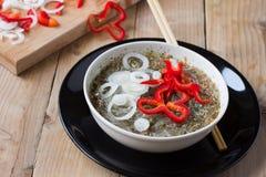 Tallarines cocinados del celofán en un cuenco Fotos de archivo libres de regalías